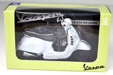 Vespa GTS 300 Super weiß Modell Maßstab 1:12 von NewRay
