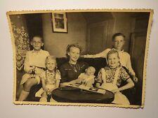 junge Frau und 5 Kinder - 2 Jungen & 2 Mädchen & Baby - Zimmer Puppe / Foto