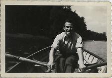 PHOTO ANCIENNE - VINTAGE SNAPSHOT - HOMME BARQUE RAMEUR RAME PAGAIE - MAN BOAT