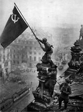 NICE WW2 Russian Soviet  POSTER Soldier 29 Puts Flag On German Reichstag Buy Now