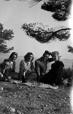Groupe hommes femmes pique nique bord de mer - Ancien négatif photo an. 1930