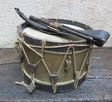 Instrument de musique tambour cuivre et baudrier baguettes, militaire