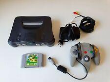 Nintendo 64 mit Mario N64 und einem Controller.