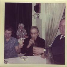 PHOTO ANCIENNE - VINTAGE SNAPSHOT - GROUPE ALCOOL APÉRITIF PASTIS POUPÉE DRÔLE