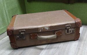 alter Koffer, mit verstärkten Ecken aus Leder