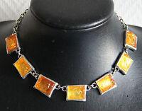 collier ras de cou VU A PARIS en métal argenté et résine orange