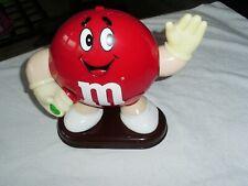 M&Ms Figur Red  Groß mit Schokolinse in der Hand