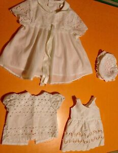 Vêtement Pour Poupée Ancienne Lot De 4 Pièces, Robes, Chapeau Blanc Ajouré