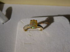 ANELLO IN ORO GIALLO CON OPALE ARLECCHINO DI WELO AAA 0,60 CT E DIAMANTI 0,02 CT