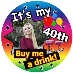 40th Multicolore Compleanno Divertente Distintivo (Acquisto Me A Bevanda) -