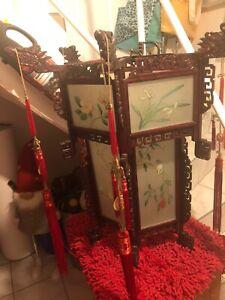 chinesische Deckenleuchte bestehend aus geschnitztem Holz und bemaltem Glas