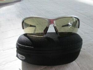 Tifosi Sunglasses Lore, Gunmetal w/ Fototec Len w/ BLACK ZIP CASE