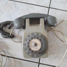 ancien téléphone a cadran mural