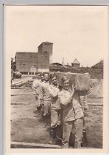 (F16734) Orig. Foto Männer schleppen Holzbalken, Bahnhof vor 1945