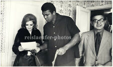 Muhammad Ali discussing art with Sara Leigthon, Original-vintage Photo from 1971