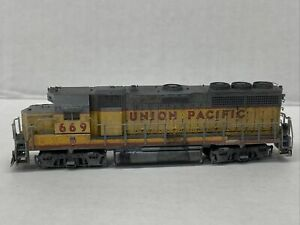 N Scale Atlas Custom Union Pacific GP40 UP 669 Weathered Grab Irons Etc