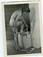 PHOTO CURIOSA PIN-UP érotisme NAKED femme posant de profil avec lien au pied