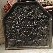 plaque de cheminée  fonte de fer XIX siècle scène tête de mouflon fleurs de lys