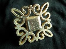 bouton / poignée de tiroir  forme carré et volutes  en métal doré brillant