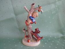 Schöne Hummel Figur als Junge auf Apfelbaum mit Hündchen