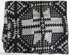 Foulard long en soie imprimé géométrique noir et blanc
