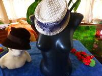 lot ans 20-30= lot =femme   2  chapeaux blanc- paille et marron velours