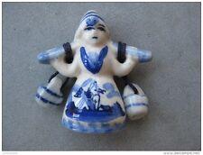 magnette en porcelène peinte : paysanne portant de l'eau