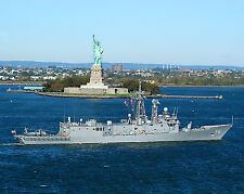 8x10 Photo Perry class Frigate-USS Simpson FFG 56 sails past Statue of Liberty