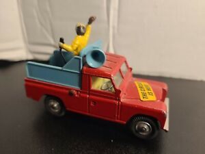CORGI TOYS LAND ROVER 109 W.B. CHIPPERFIELDS CIRCUS TRUCK MAN RIDING IN BACK