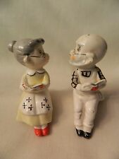 VINTAGE PAIR OF GRANNY & GRAMPS SHELF SITTING SALT & PEPPER SHAKERS - JAPAN