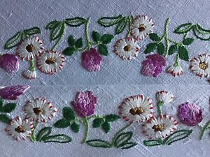 STUNNING VINTAGE LINEN HAND EMBROIDERED TABLECLOTH~CIRCLE DAISIES & CLOVER