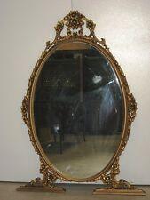 Specchiera dorata modello ovale con cimasa sopra. Epoca 1950/60