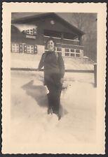 YZ2318 In posa tra la neve con rifugio alle spalle - 1955 Fotografia d'epoca