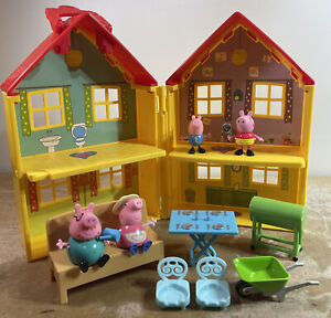 Peppa Pig Deluxe Yellow House With 4 Figures & Furniture Carry N Go