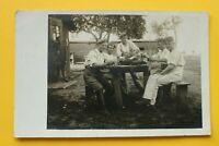 Foto AK Soldaten Baracke Essen Essgeschirr 1914-18 Feldflaschen Quartier 1.WK WW