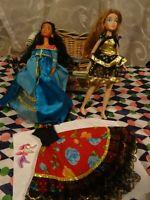 lot=2 poupées,chaussures ,et robe gitane ,du doré en vétements