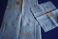 Porte ou range serviette en lin bleu + sa serviette décor de fleur