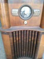 Vintage Zenith Console Radio Model #8-S-463 (circa 1939/1940)