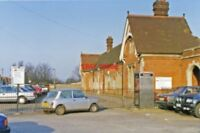 PHOTO  FARNCOMBE RAILWAY STATION EXTERIOR SURREY 1993 LSWR WATERLOO - GUILDFORD
