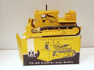 "International TD25 Dozer - ""TOP LIGHT"" - 1/16 - Ertl #427 w/Box"
