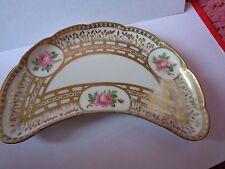 Pretty, peint main limoges crescent plaque avec roses roses au vase etrusque,