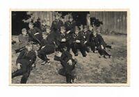 Foto, Soldatengruppe in Uniform, Mütze, Rast, Gelände