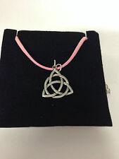 CELTICO TRIQUETRA Knot ctkpp PELTRO dall su una corda rosa collana realizzata a mano