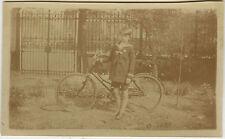 PHOTO ANCIENNE - ENFANT GARÇON VÉLO JARDIN GRILLE - BOY BIKE - Vintage Snapshot