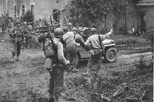 WW2 - Jeep et fantassins dans un village normand