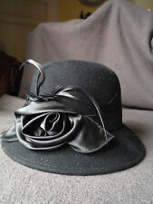 Chapeau cloche noir en feutre légèrement taupé décor fleur en satin et plumettes