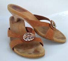 Unisa Damen Sandalette Wildleder braun Gr. 39  Absatz 4,2 cm Zierknopf Muschel
