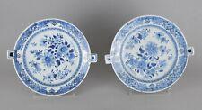 Paire d'assiettes a l'eau chaude en porcelaine de Chine è décor blanc bleu 19ème