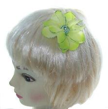 petit vert clair fleur cheveux avec strass centrer sur un petit barrette