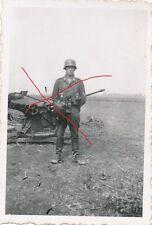 Nr 5703 privat Foto Deutscher Soldat Stahlhelm  Geschütz Flak